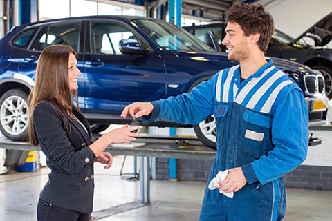 Kia West - Technician giving the keys to customer